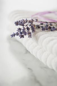 Close-up of lavender sprig on white towels.の写真素材 [FYI02290464]