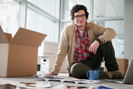 young businessman unpacking officeの写真素材 [FYI02290516]