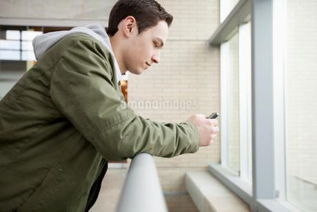 college men using smart phoneの写真素材 [FYI02290558]