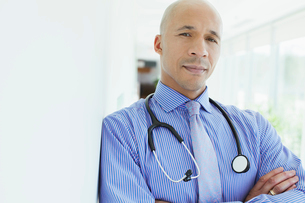 handsome, african american doctor with arms crossedの写真素材 [FYI02290580]
