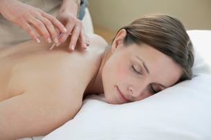 female patient receiving acupuncture treatmentの写真素材 [FYI02290585]