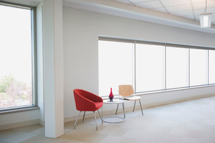 Empty chairs and table in office hallwayの写真素材 [FYI02290589]