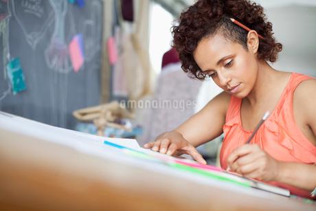clothing designer sketching ideas in studioの写真素材 [FYI02290606]