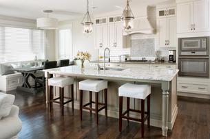 Interior of contemporary white kitchenの写真素材 [FYI02290639]