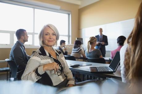 Portrait of confident businesswoman in training classの写真素材 [FYI02290760]