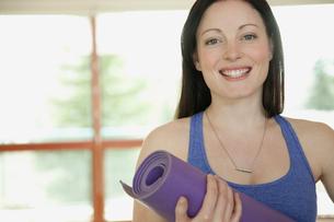 pretty mid-adult woman at yoga classの写真素材 [FYI02290763]