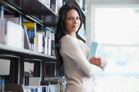 pretty college student in the libraryの写真素材 [FYI02290767]