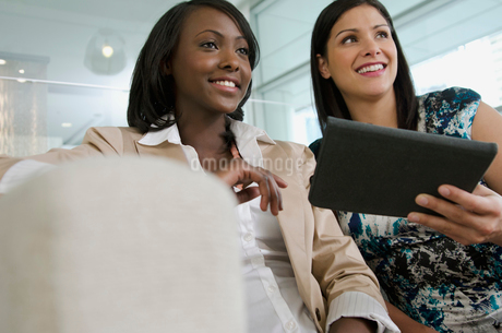 two businesswomen planningの写真素材 [FYI02290796]