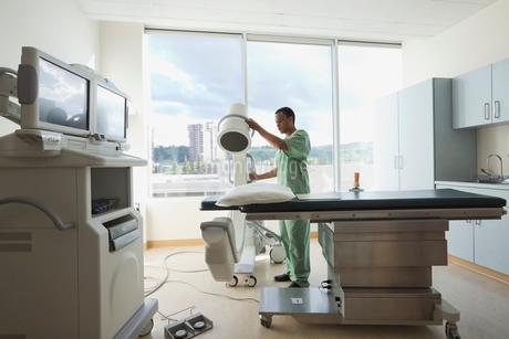 Male nurse working in radiology roomの写真素材 [FYI02290799]