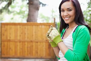 pretty, mid adult woman in her backyardの写真素材 [FYI02290806]