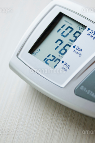 closeup of readout from blood pressure monitorの写真素材 [FYI02290813]