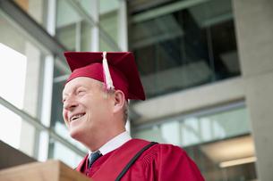 dean giving speech at graduationの写真素材 [FYI02290824]