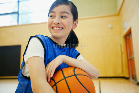 middle school student with basketballの写真素材 [FYI02290852]