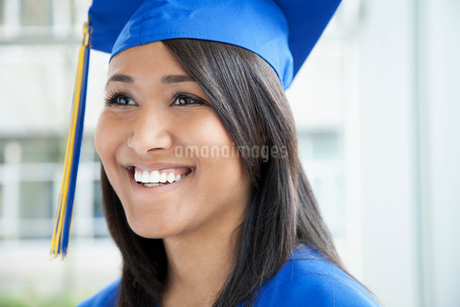portrait of graduate in cap and gownの写真素材 [FYI02290878]