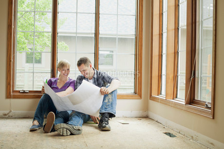 mid adult couple reviewing building plansの写真素材 [FYI02290943]