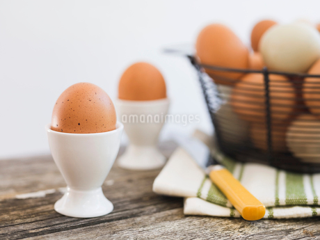 Boiled eggs in eggcups on tableの写真素材 [FYI02290964]