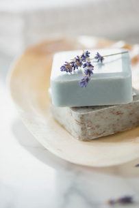 Close-up of guest soaps in soap dish with lavender sprig.の写真素材 [FYI02290972]