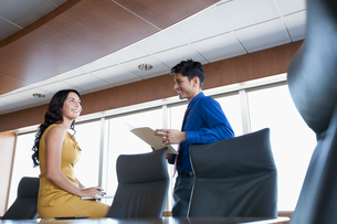 coworkers discussing in conference roomの写真素材 [FYI02290979]