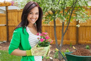 pretty woman with flowers to plant in yardの写真素材 [FYI02290993]