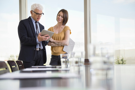 Business colleagues looking at digital tablet in board roomの写真素材 [FYI02291041]