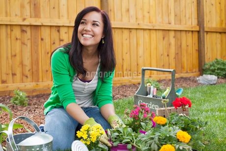 pretty, latino woman planting flowersの写真素材 [FYI02291062]