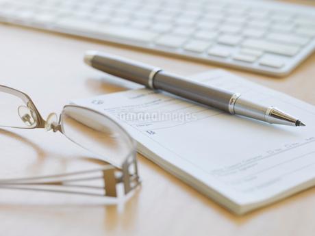 Prescription pad and penの写真素材 [FYI02291067]