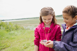 elementary students using compass outdoorsの写真素材 [FYI02291103]