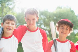 Three members of boys baseball team standing together.の写真素材 [FYI02291114]