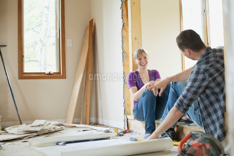 mid adult couple taking a break from renovationsの写真素材 [FYI02291123]