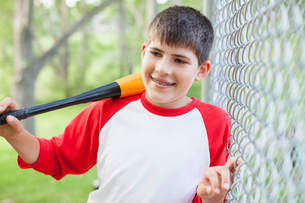 Young male baseball player with baseball bat.の写真素材 [FYI02291137]