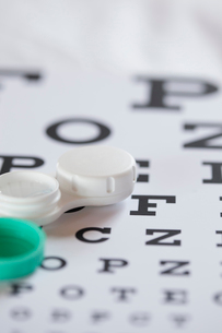 contact lens case on eye chartの写真素材 [FYI02291140]