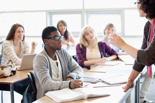 college students in classroomの写真素材 [FYI02291203]