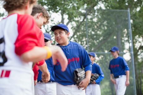 Boys baseball team shaking hands after ball game.の写真素材 [FYI02291253]