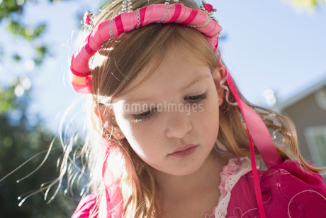 Close-up of young girl with crown of ribbons in her hair.の写真素材 [FYI02291269]