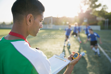 Coach with stopwatch at team practice.の写真素材 [FYI02291276]