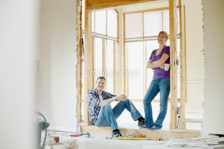 mid adult couple taking a break from renovationsの写真素材 [FYI02291290]