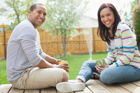 couple relaxing on their deckの写真素材 [FYI02291298]