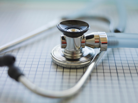 Selective focus of stethoscope on tableの写真素材 [FYI02291335]