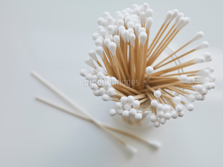 Cotton swabs in containerの写真素材 [FYI02291349]