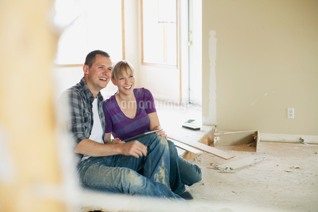 mid adult couple making renovation choicesの写真素材 [FYI02291366]