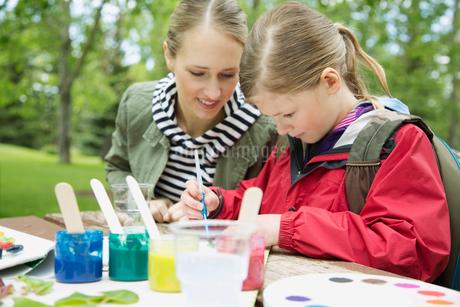 teacher observing student on an outdoor field tripの写真素材 [FYI02291379]