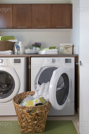 Contemporary laundry room with basket of clean clothes.の写真素材 [FYI02291416]