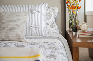 Close-up of pillows on contemporary bed.の写真素材 [FYI02291430]