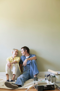mid adult couple taking break from paintingの写真素材 [FYI02291446]