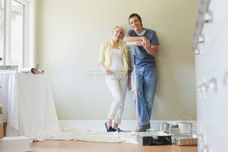 mid adult couple getting ready to paintの写真素材 [FYI02291459]
