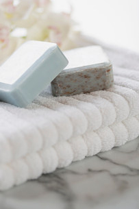 Close-up of guest soaps on white bathroom towel.の写真素材 [FYI02291496]