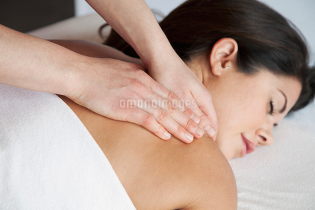 woman having a massageの写真素材 [FYI02291506]