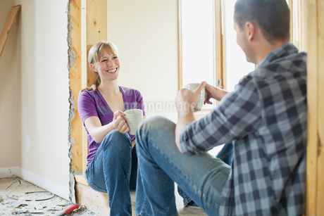 mid adult couple taking a break from renovationsの写真素材 [FYI02291572]