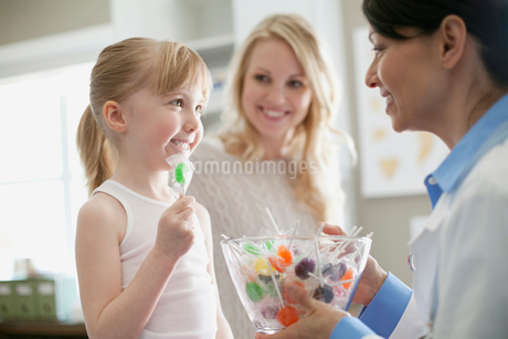 young patient accepting a lollipopの写真素材 [FYI02291582]