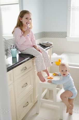 young children in bathroomの写真素材 [FYI02291587]